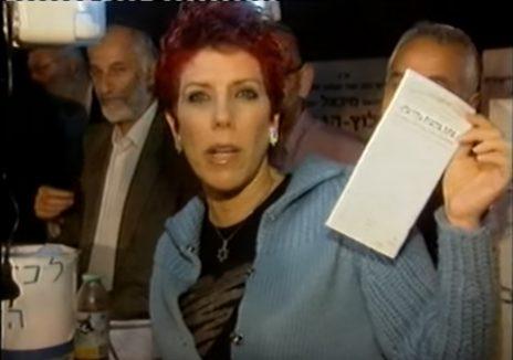 """ג'ודי שלום-ניר-מוזס מניחה """"פתק בקשות"""" על קברו של הרבי משטפנשט, 2011 (צילום מסך)"""