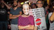 הפגנה בפתח-תקווה, בסביבת ביתו של היועץ המשפטי לממשלה אביחי מנדלבליט, 4.6.17 (צילום: רועי אלומה)