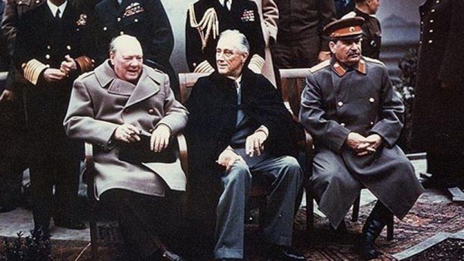 צ'רצ'יל (משמאל) עם רוזוולט (במרכז) בוועידת יאלטה, פברואר 1945. מימין: סטאלין (צילום: צבא ארצות-הברית)