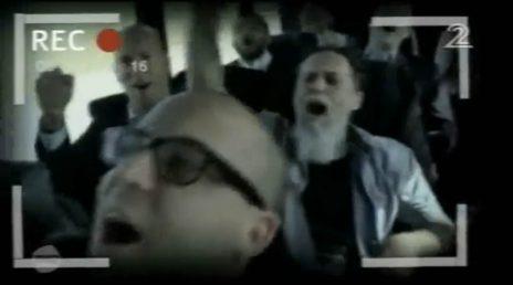 """אנשי תקשורת ישראלים שרים בעת מסע לארצות-הברית שמומן על-ידי משרד התפוצות וארגון גשר. מתוך כתבתו של דני סירקין בתוכנית """"אנשים"""" של קשת (צילום מסך)"""