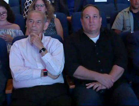 """רון ירון ומושיק תאומים בטקס """"המורה של המדינה"""", 5.6.17 (צילום מסך מתוך אתר ynet)"""