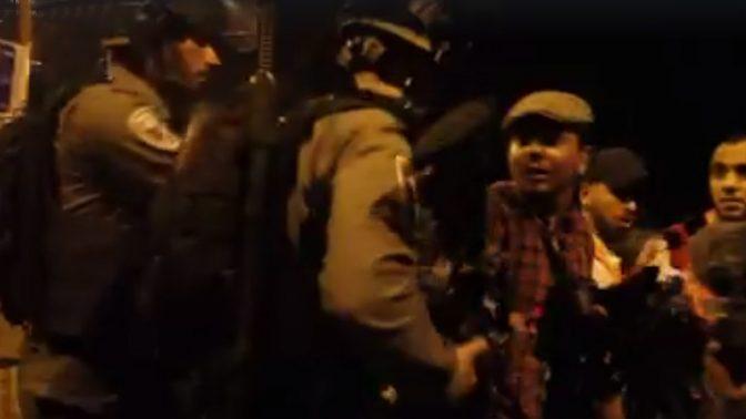הצלם פאיז אבו רמילה מורחק בכוח על ידי שוטרים מאיזור שער האריות בעיר העתיקה בירושלים, 25.7.17 (צילום מסך)