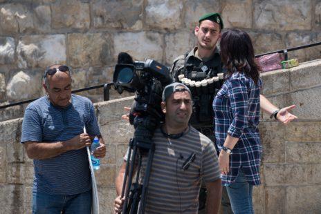 שוטר חוסם עיתונאים מלסקר את הנעשה באזור שער האריות, 23.7.17 (צילום: יונתן זינדל)