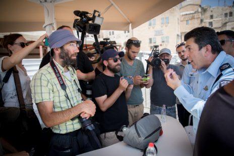 מפקד מחוז ירושלים ניצב יורם הלוי בהודעה לעיתונות, העיר העתיקה בירושלים, 27.7.17 (צילום: יונתן זינדל)