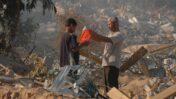 פלסטינים בוחנים את הריסות ההתנחלות נווה-דקלים ברצועת עזה לאחר ההתנתקות, 2006 (צילום: יוסי זמיר)