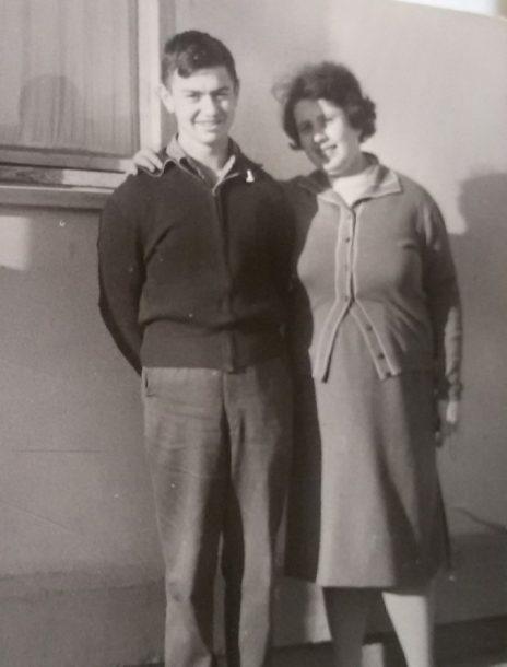 דן כספי כתלמיד תיכון בבאר-שבע עם אמו פנינה (צילום: מתוך האלבום המשפחתי)