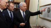 """ראש הממשלה בנימין נתניהו מצביע בפני שני בכירים פולנים על צילום של מטבע עתיק ועליו השם נתניהו (צילום: משה מילנר, לע""""מ)"""