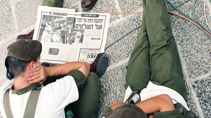 חייל מעיין בעיתון למחרת רצח רבין, 5.11.95 (צילום: פלאש 90)