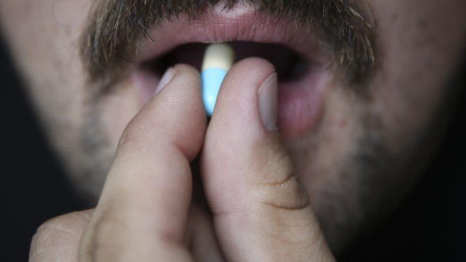 איש נוטל תרופה בגלולה (צילום: הדס פרוש)