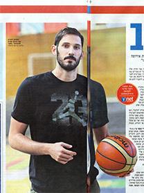 """הכדורסלן והפרזנטור עמרי כספי בקמפיין תוכן שיווקי ב""""ידיעות אחרונות"""" (פרט)"""