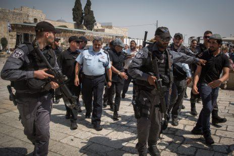 """מפכ""""ל המשטרה רוני אלשיך ליד הכותל המערבי בעיר העתיקה בירושלים, 27.7.17 (צילום: הדס פרוש)"""