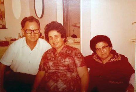 פועה מנצ'ל (מימין) עם הוריו של דן כספי (צילום: מתוך האלבום המשפחתי)