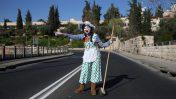 ליצנית תופסת טרמפים בירושלים, 2014 (צילום: נתי שוחט)