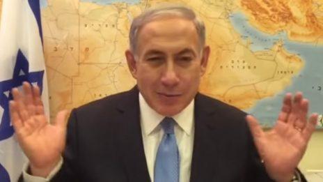 """ראש הממשלה, בנימין נתניהו, בסרטון """"הערבים נעים"""" שפרסם ביום הבחירות של 2015 (צילום מסך)"""