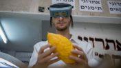 ישראלי מציג אתרוג בדוכן בשכונת מאה-שערים בירושלים, 2.10.17 (צילום: יונתן זינדל)