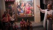 מבקרים בתערוכה המוקדשת למותג קוקה-קולה, תל-אביב. 10.10.17 (צילום: מרים אלסטר)