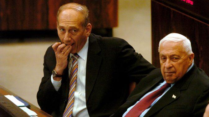 אריאל שרון ואהוד אולמרט בכנסת בשנת 2005, בתקופה שבה היתה קדימה מפלגת השלטון (צילום: פלאש 90)