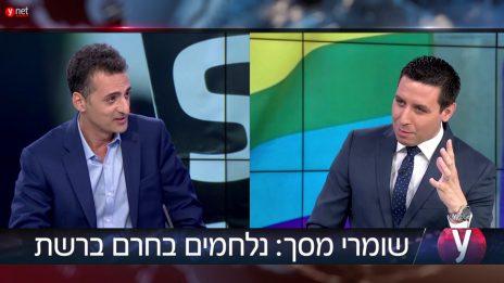 """כתב ynet אטילה שומפלבי מגיש ראיון ממומן עם צחי גבריאלי, """"מנהל המערכה"""" במשרד לנושאים אסטרטגיים. ספטמבר 2017 (צילום מסך)"""