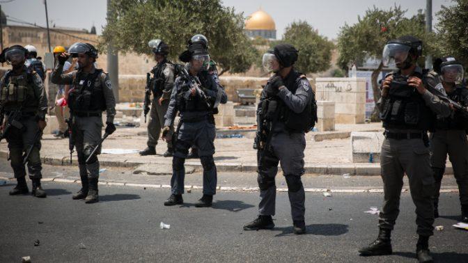 שוטרים מחוץ לעיר העתיקה בירושלים, לאחר התקנת המגנומטרים בהר הבית, 21.7.2017 (צילום: הדס פרוש)