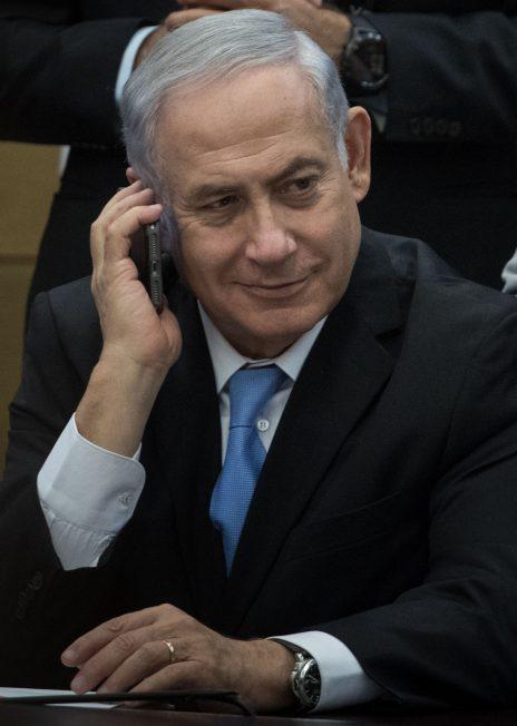 בנימין נתניהו משוחח בטלפון בכנסת, 13.11.17 (צילום: הדס פרוש)