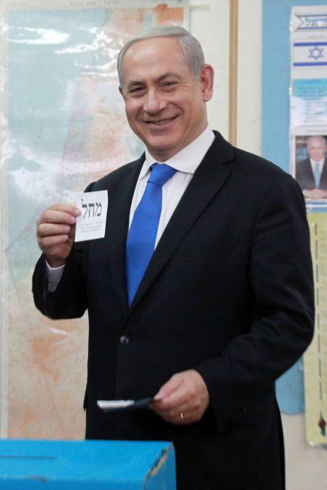 ראש הממשלה בנימין נתניהו בקלפי ביום הבחירות. ירושלים, 22.1.13 (צילום: מארק ישראל סלם)