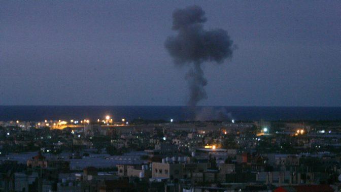 """עשן עולה ברפיח אחרי הפצצת צה""""ל ברצועת עזה בעקבות ירי רקטות, 30.11.17 (צילום: עבד רחים חטיב)"""