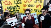 עירית לינור נושאת דברים לצד המגיש אמיר איבגי בהפגנת עובדי ערוץ 20 בתל-אביב, 25.12.17. (צילום: תומר נויברג)