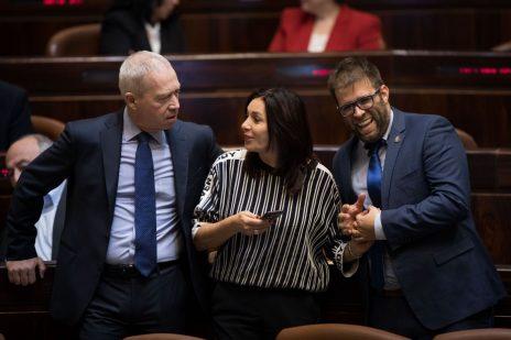 """מירי רגב, אורן חזן ויואב גלנט בכנסת, בליל ההצבעה על """"חוק ההמלצות"""" (צילום: הדס פרוש)"""