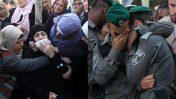 """מימין: שוטרי מג""""ב בהלוויה של חברם, שנהרג בפיגוע. משמאל: בנות משפחה וחברים של מחבל פלסטיני מחברון, שנורה למוות על-ידי חיילים, בוכים בהלווייתו (צילומים: ויסאם השלמון ומרים אלסטר)"""