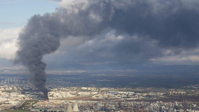 השריפה במיכל הדלק במתחם בתי הזיקוק לנפט בחיפה, 25.12.2016 (צילום: יאיר גיל)