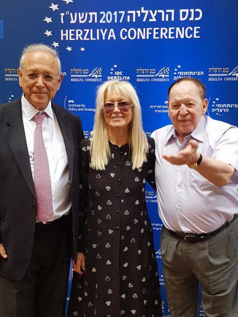 בני הזוג אדלסון עם נשיא המרכז הבינתחומי, פרופ' אוריאל רייכמן, בכנס הרצליה (צילום: טל לב-רם)