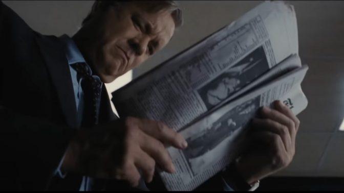 """טום הנקס מגלם את עורך ה""""וושינגטון פוסט"""" בן ברדלי בסרט """"העיתון"""" (צילום מסך)"""