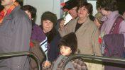 """עולים מברית-המועצות ממתינים לקבלת דרכונים בשדה התעופה בן-גוריון, 30.12.1990 (צילום: אלברט נתן, לע""""מ)"""