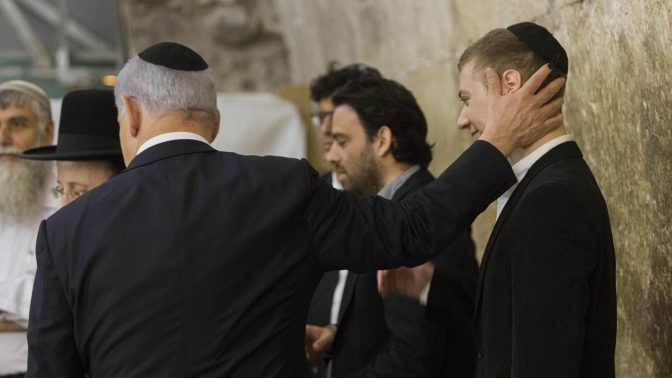 ראש הממשלה בנימין נתניהו עם בנו יאיר בכותל המערבי, 18.3.15 (צילום: יונתן זינדל)