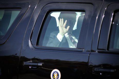 נשיא ארצות-הברית, דונלד טראמפ, מנופף לצלמים מבעד לחלון מכוניתו המשוריינת. ירושלים, 22.5.2017 (צילום: מנדי הכטמן)
