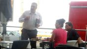 """ניר חפץ (עומד) עם מנכ""""ל עיריית בת ים ארז פודמסקי, 27 במאי 2014 (צילום: """"העין השביעית"""")"""