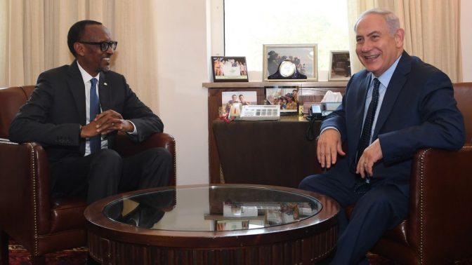 """ראש ממשלת ישראל, בנימין נתניהו, בפגישה עם פול קגאמה, שליט רואנדה. ירושלים, 10.7.17 (צילום: קובי גדעון, לע""""מ)"""