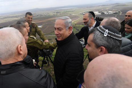 """ראש הממשלה, בנימין נתניהו, בסיור ברמת הגולן עם חברי הקבינט המדיני-בטחוני. 6.2.18 (צילום: קובי גדעון, לע""""מ)"""