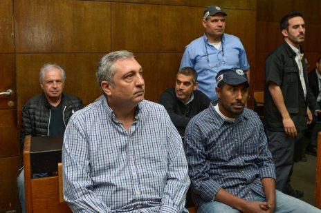ניר חפץ בדיון על הארכת מעצרו בבית-משפט השלום בתל-אביב. מאחור: שאול אלוביץ' ואלי קמיר, 26.2.2018 (צילום: פלאש 90)