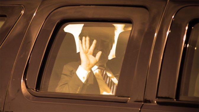 נשיא ארצות-הברית, דונלד טראמפ, מנופף לצלמים מבעד לחלון מכוניתו המשוריינת. ירושלים, 22.5.17 (צילום: מנדי הכטמן)