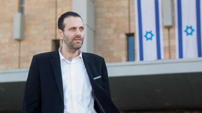 """ח""""כ מיקי זוהר מחוץ לבניין הכנסת (צילום: יונתן זינדל)"""