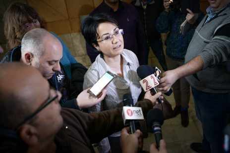 חנין זועבי מדברת עם עיתונאים מחוץ לבית-משפט השלום בנצרת לאחר הרשעתה בהעלבת עובד ציבור, פברואר 2016 (צילום: באסל עווידאת)