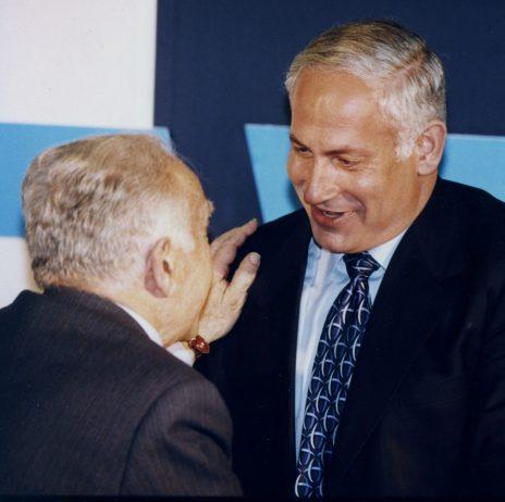 """ראש הממשלה בנימין נתניהו בשנת 1986, עם ראש הממשלה דאז יצחק שמיר (צילום: משה מילנר, לע""""מ)"""