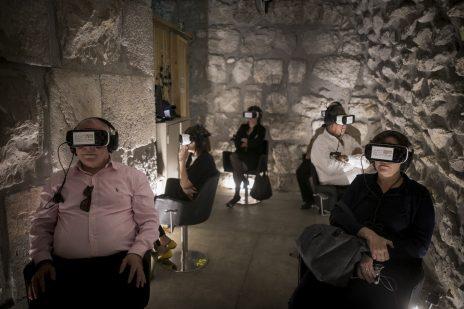 חברי-כנסת מתנסים בשימוש במערכות מציאות מדומה. ירושלים העתיקה, 8.11.17 (צילום: יונתן זינדל)