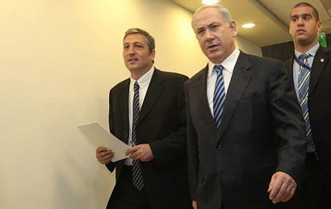 ניר חפץ עם ראש הממשלה בנימין נתניהו בדצמבר 2009, בעת ששימש כראש מערך ההסברה (צילום: יוסי זמיר)