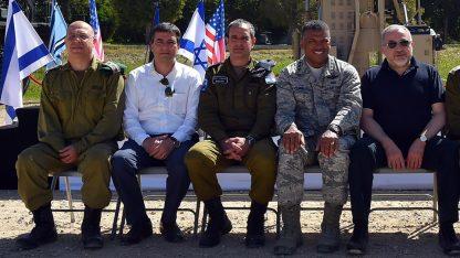 שר הביטחון אביגדור ליברמן בלוויית אנשים נוספים (צילום: דוברות משרד הביטחון)