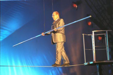 """השחקן טוביה צפיר הולך על חבל במופע """"פעמוני היובל"""", 30.4.1998 (צילום: עמוס בן-גרשום, לע""""מ)"""
