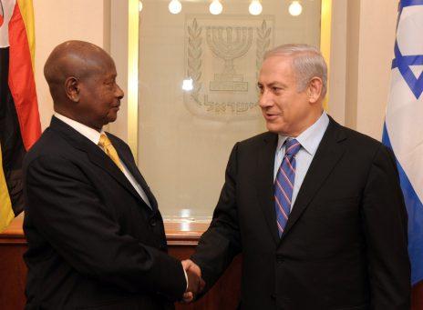 """ראש הממשלה בנימין נתניהו לוחץ את ידו של יוורי קגוטה מוסווני, נשיא אוגנדה. ירושלים, 13.11.11 (צילום: אבי אוחיון, לע""""מ)"""