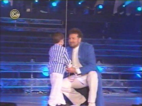 """הזמר דודו פישר וילד במופע """"פעמוני היובל"""" (צילום מסך)"""