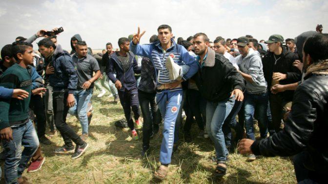 פלסטינים מפגינים ביום האדמה בחאן-יונס, 30.3.18 (צילום: עבד רחים חטיב)